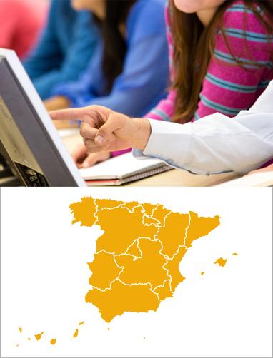 alumnos en clase viendo un ordenador